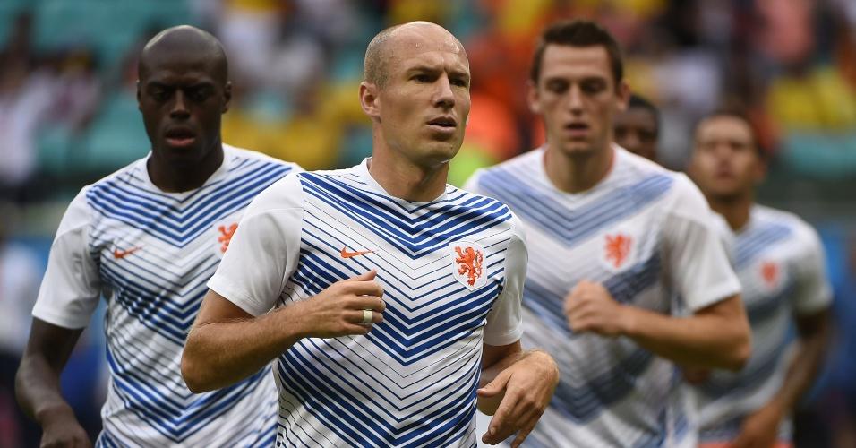 Jogadores da Holanda fazem aquecimento no gramado da Fonte Nova antes de partida contra a Costa Rica