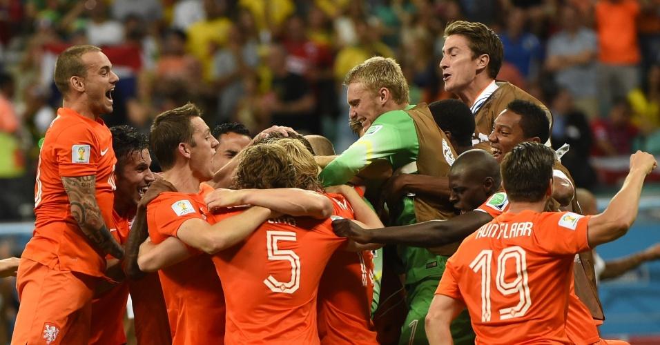 Jogadores da Holanda fazem festa após a equipe bater a Costa a Rica e se classificar para a semifinal da Copa do Mundo