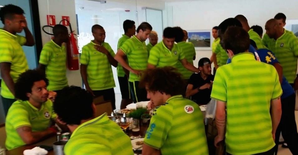 Jogadores da seleção se despedem de Neymar, que vai se recuperar no Guarujá da fratura na coluna