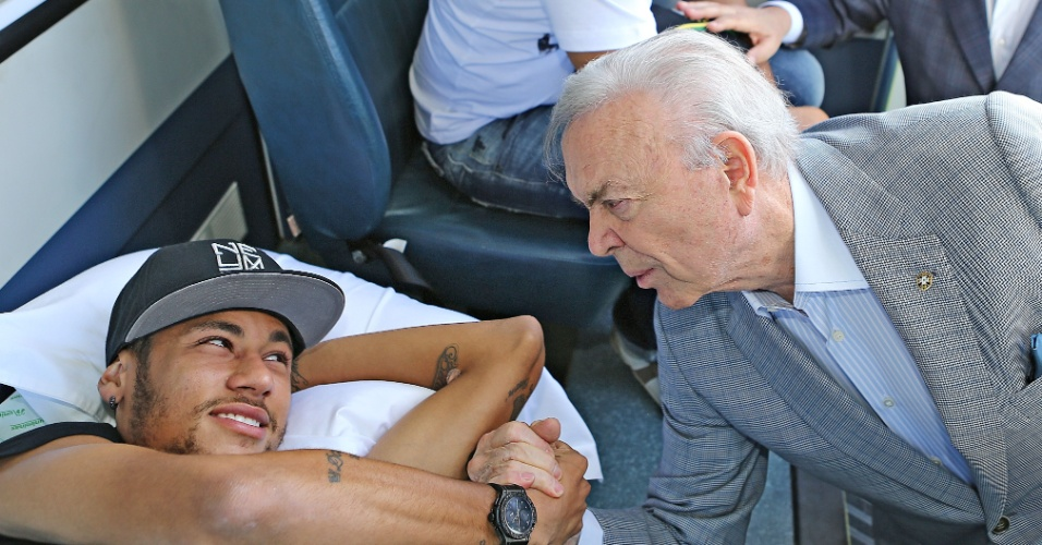 José Maria Marim, presidente da CBF, dá adeus a Neymar já na ambulância que o levou até o helicópetero