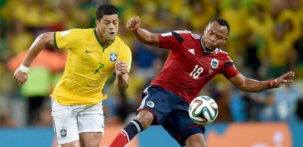 Juan Zuñiga deixa o pé na perna de Hulk em disputa pela bola