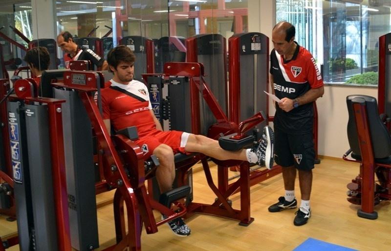 Kaká realiza atividade física no CT da Barra Funda