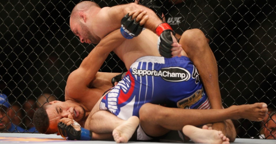 05.jul.2014 - Kenny Robertson (calção azul) encaixa luta no chão e vence o brasileiro Ildemar Marajó por decisão unânime, no card preliminar do UFC 175