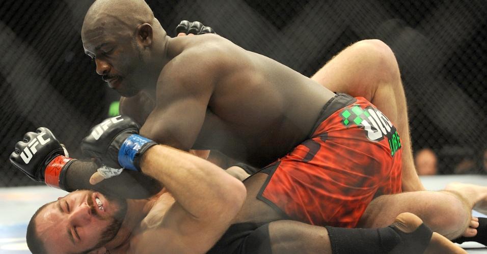 05.jul.2014 - Kevin Casey (calção vermelho) golpeia Bubba Bush e vence o combate por nocaute técnico, no card preliminar do UFC 175