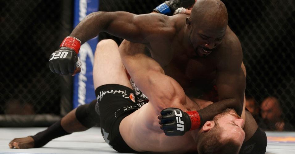 05.jul.2014 - Kevin Casey (luva vermelha) acerta sequência de golpes ainda no primeiro round e vence Bubba Bush por nocaute técnico na primeira luta do card preliminar do UFC 175