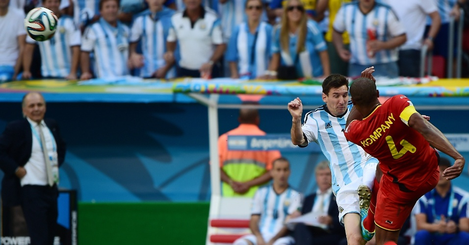Kompany e Messi protagonizam forte disputa de bola durante Argentina e Bélgica