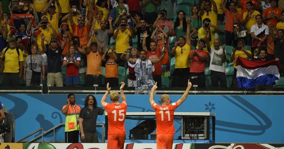 Kuyt e Robben comemoram com a torcida após a vitória da Holanda sobre a Costa Rica