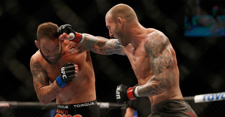 05.jul.2014 - Luke Zachrich (direita) acerta golpe no brasileiro Guilherme Bomba, no card preliminar do UFC 175. O americano venceu o combate por decisão unânime
