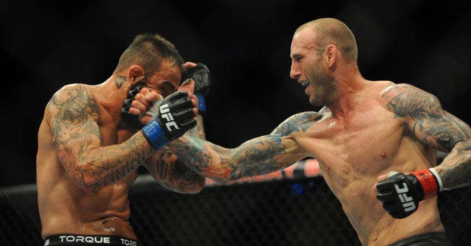 05.jul.2014 - Luke Zachrich encaixa golpe em Guilherme Bomba na vitória por decisão unânime, no UFC 175