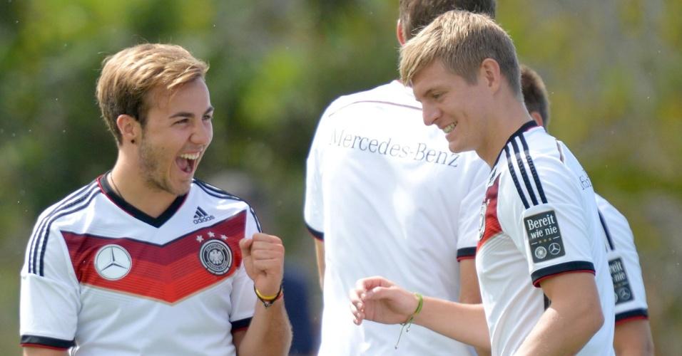 Mario Goetze (esq.) e Toni Kroos se divertem durante treinamento da Alemanha em Porto Seguro