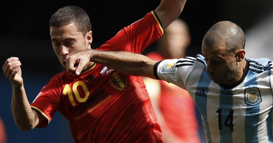 Mascherano coloca a mão no rosto de Hazard em jogada durante partida entre Argentina e Bélgica