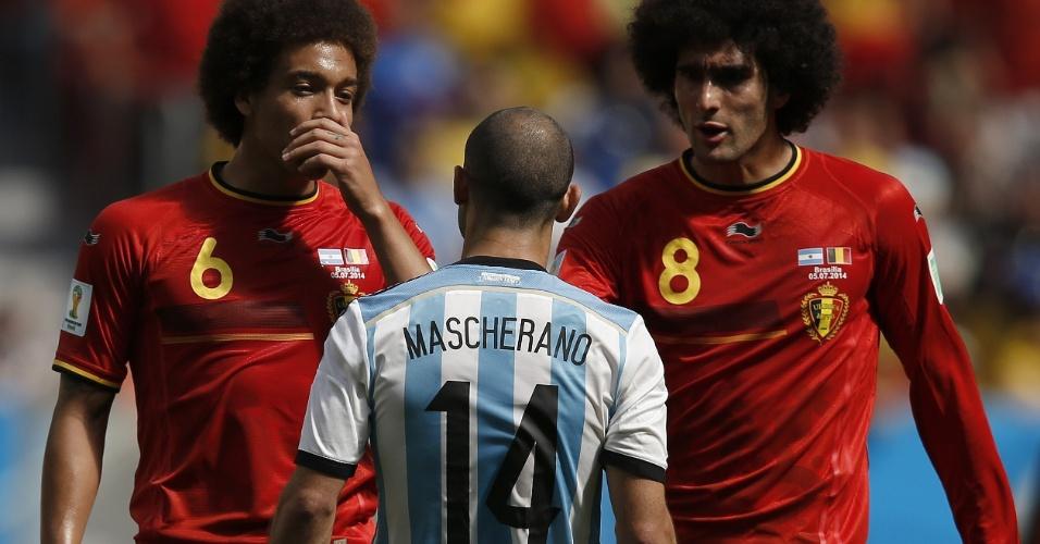 Mascherano discute com Witsel e Fellaini durante partida entre Argentina e Bélgica