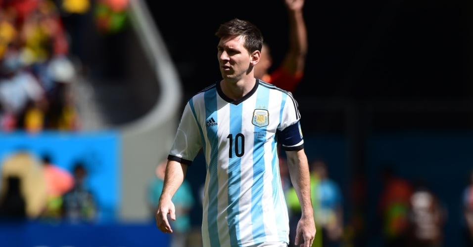 Messi caminha após jogada da Argentina em partida contra a Bélgica