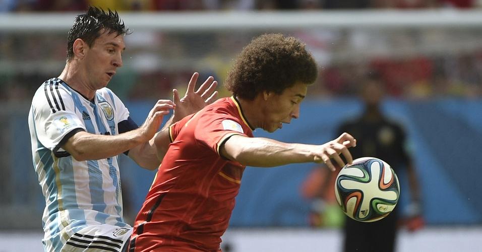 Messi chega duro em Witsel durante partida entre Argentina e Bélgica, em Brasília