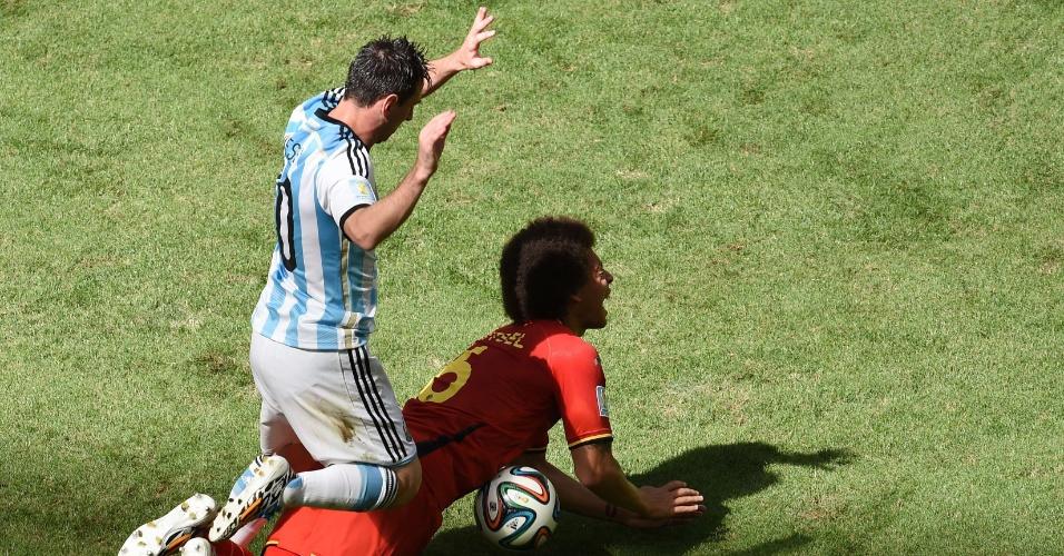 Messi chegou duro no volante belga Witsel em jogada que lembrou a de Neymar e Zuniga, na partida entre Brasil e Colômbia