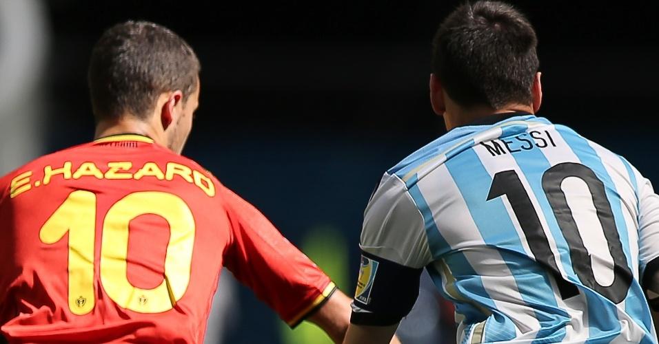 Messi e Hazard brigam pela bola durante partida entre Argentina e Bélgica, no estádio Mané Garrincha
