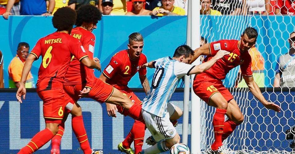 Messi enfrenta a marcação de três jogadores da Bélgica, em partida válida pelas quartas de final da Copa do Mundo