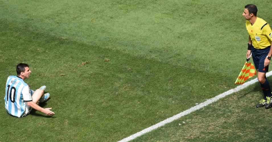 Messi reclama com o auxiliar após a marcação de uma falta em partida contra a Bélgica