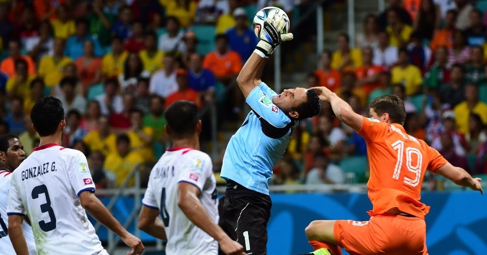 Navas defende bola no alto e sofre falta de Huntelaar durante Holanda e Costa Rica, na Fonte Nova