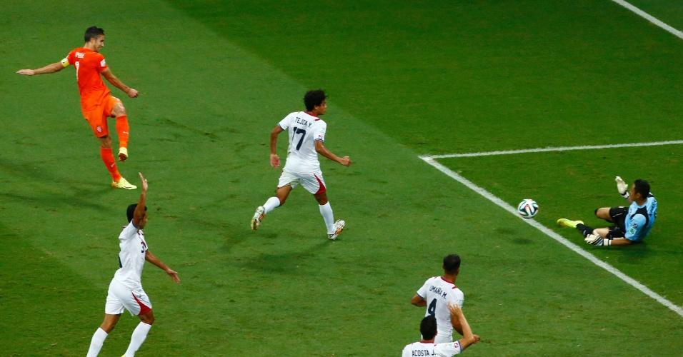 Navas defende chute de Van Persie e impede gol da Holanda
