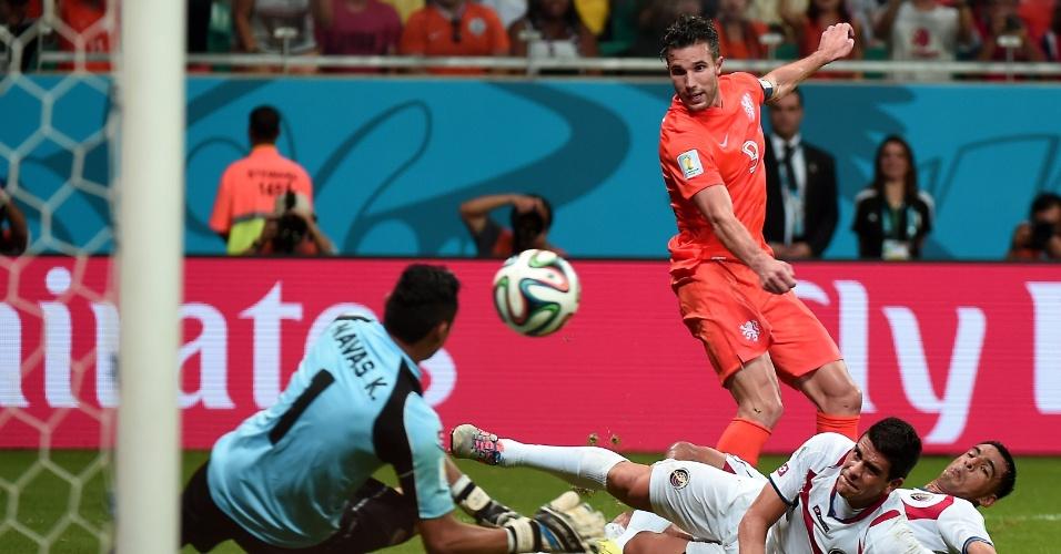 Navas fez outra grande defesa em chute de Van Persie e evitou gol da Holanda