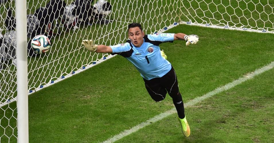 Navas pula para tentar defender bola que toca na trave durante Holanda e Costa Rica