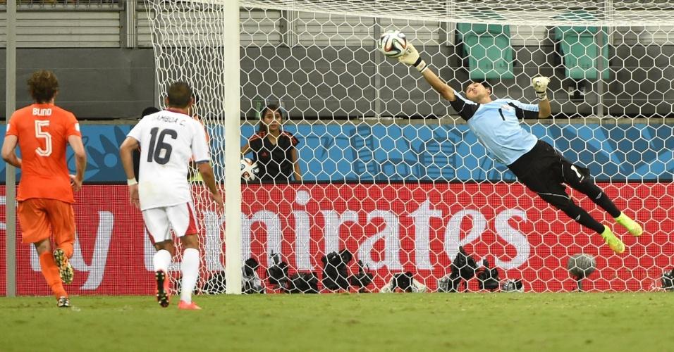 Navas se esticou todo para fazer defesa e evitar gol da Holanda em falta cobrada por Sneijder