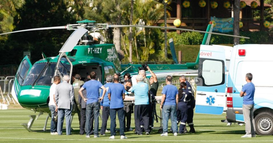 Neymar acena enquanto deixa a Granja Comary de helicóptero neste sábado