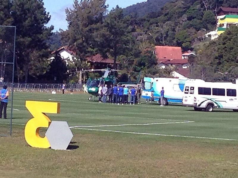 Neymar embarca em helicóptero para voar de Teresópolis para o Guarujá, onde fará sua recuperação