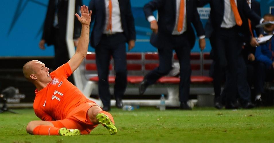 No chão, Robben reclama de foto em ataque da Holanda