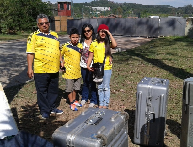 Os colombianos Carlos, Lilia, Santiago e Karina foram dar adeus à seleção da Colômbia em Cotia