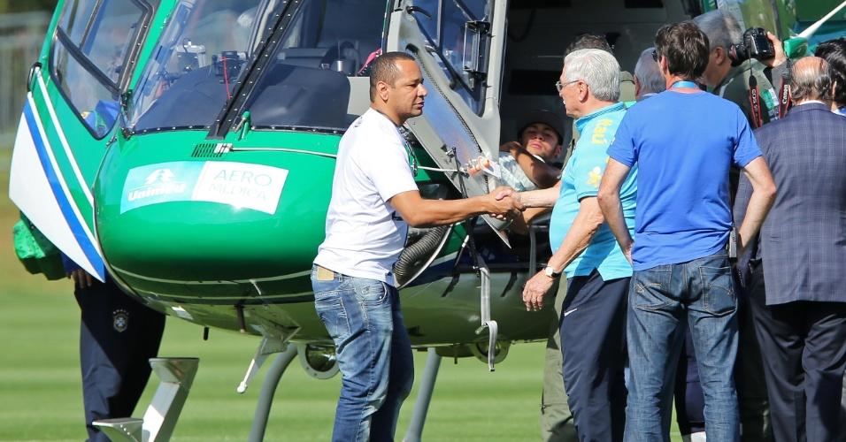 Pai de Neymar cumprimenta membros da delegação médica da seleção brasileira antes de deixar a Granja Comary de helicóptero com o seu filho