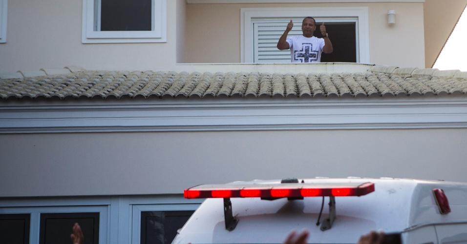 Pai de Neymar sai na janela da casa onde o jogador brasileiro está hospedado,no Guarujá, e acena para os fãs que lotam a frente do local