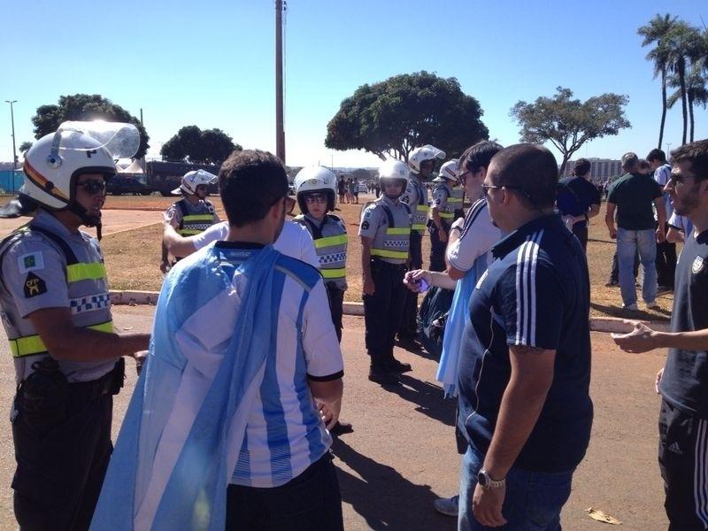 Policiais fazem a segurança do Mané Garrincha para o jogo entre Argentina e Bélgica