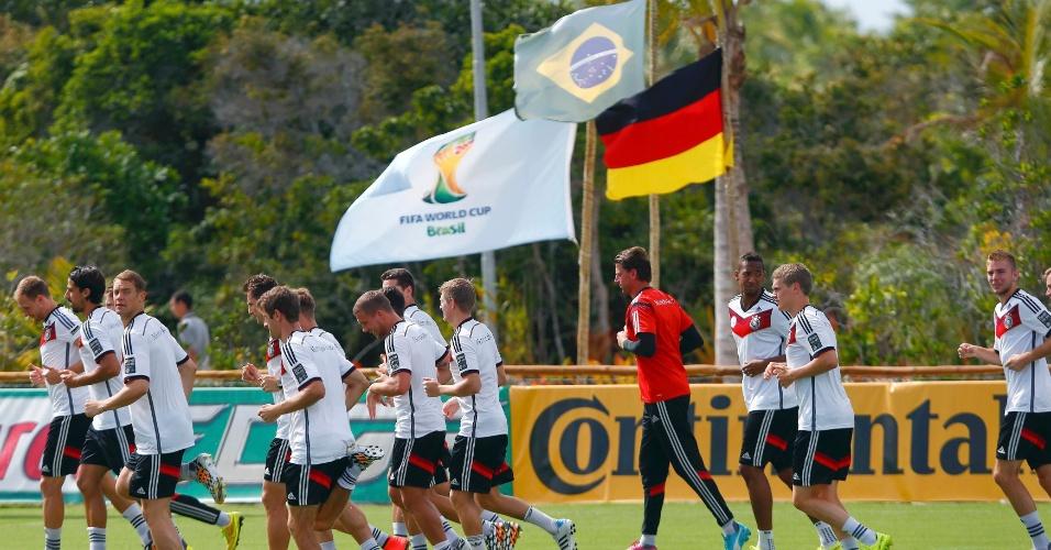 Rivais do Brasil na semifinal da Copa do Mundo, alemães realizam treinamento em Santo André, vila próxima a Santa Cruz Cabrália, na Bahia