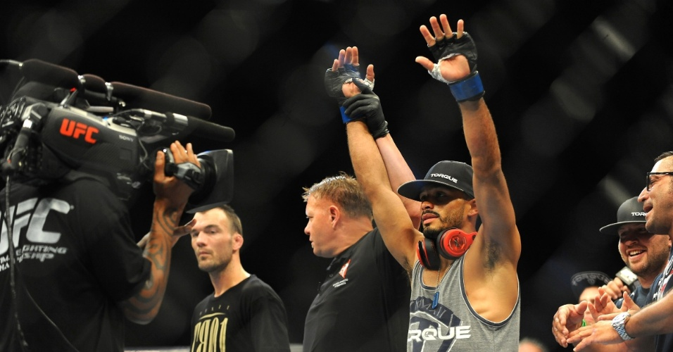 05.jul.2014 - Rob Font comemora a vitória sobre George Roop, no card preliminar do UFC 175