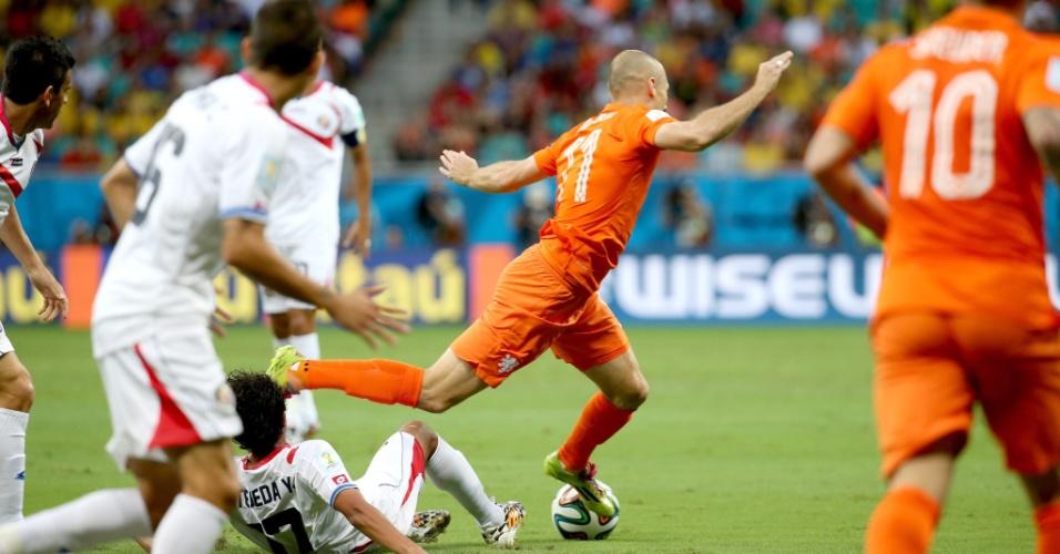 Robben cai após ser desarmado por jogador da Costa Rica