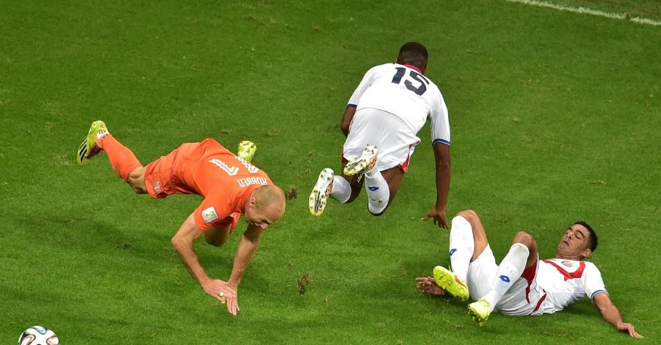 Robben cai após sofrer falta de dois jogadores da Costa Rica