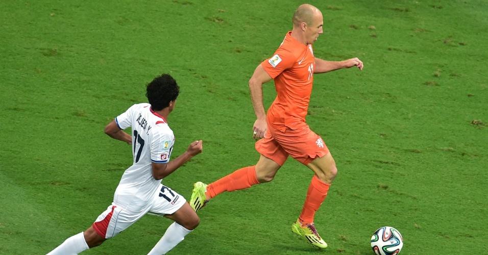 Robben conduz a bola enquanto é marcado de perto por Tejeda durante Holanda e Costa Rica