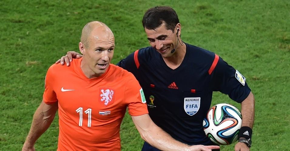 Robben conversa com o árbitro Ravshan Irmatov após o primeiro tempo de Holanda e Costa Rica