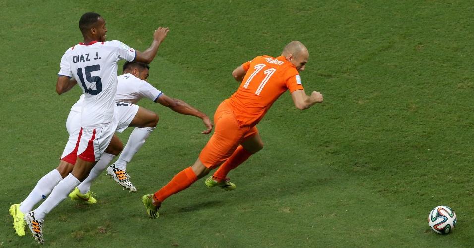 Robben deixa dois marcadores da Costa Rica para trás após boa jogada para a Holanda