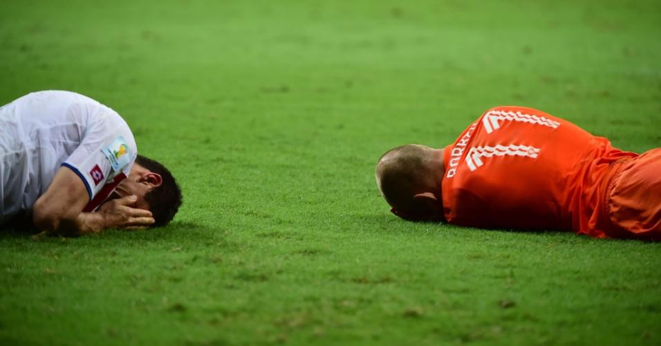 Robben e Acosta ficam caídos após choque durante partida entre Holanda e Costa Rica, em Salvador