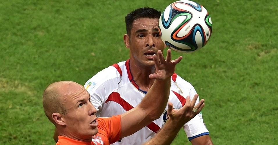 Robben faz o movimento para cabecear a bola enquanto é marcado de perto por Umana durante Holanda e Costa Rica