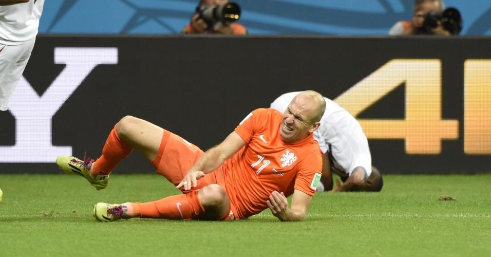 Robben leva a mão ao joelho após sofrer falta de jogador da Costa Rica