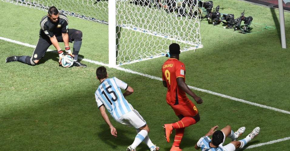 Romero faz defesa após chute de Lukaku durante partida entre Argentina e Bélgica