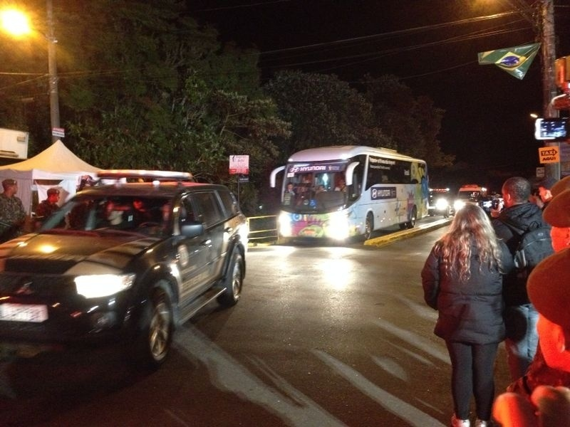 Seleção brasileira chegou à Granja Comary por volta das 3h deste sábado. Neymar foi transportado de ambulância