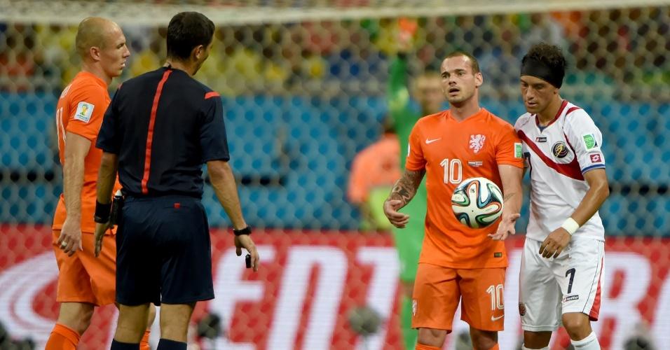 Sneijder conversa com o árbitro após marcação de falta para a Costa Rica