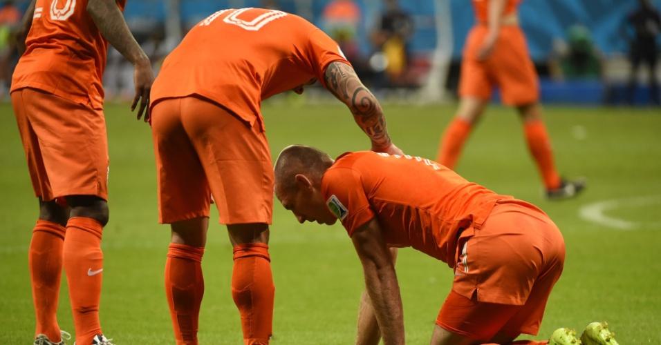 Sneijder conversa com Robben durante partida entre Holanda e Costa Rica, em Salvador