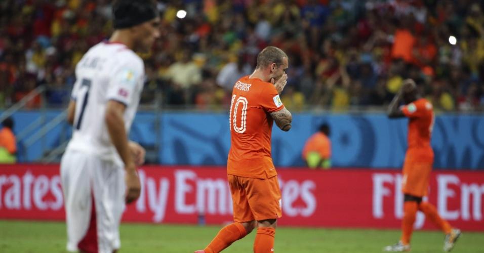Sneijder lamenta após o goleiro Navas fazer grande defesa e impedir gol da Holanda