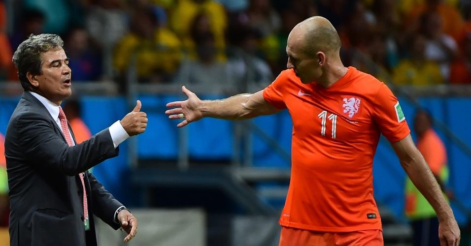 Técnico da Costa Rica, Jorge Luis Pinto conversa com Robben durante partida na Fonte Nova